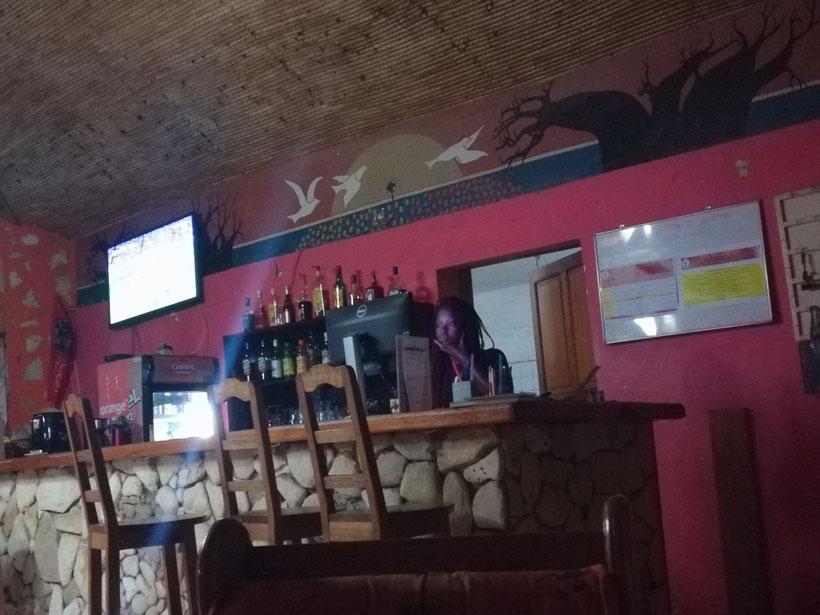 Im Hotel an der Bar. Wie überall läuft auch hier Champions League