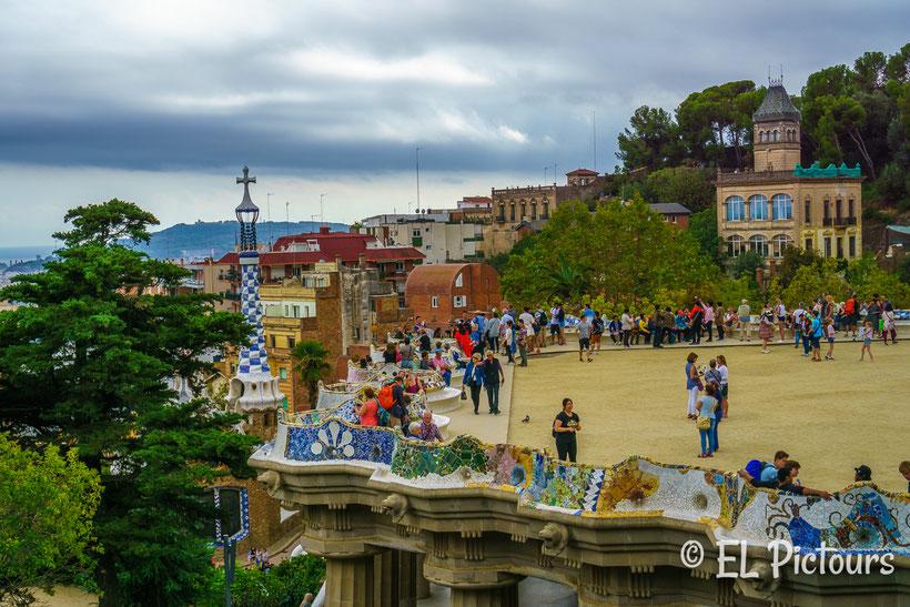 Gaudis Terrasse im Parc Guëll, Barcelona, Spanien