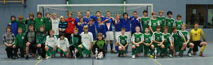 Plätze 1- 3 C-Jugendturnier Links die Mannschaft von Germania Hovestadt. TuS Wadersloh in blau und der Zweite SuS Ennigerloh nach der Siegerehrung.