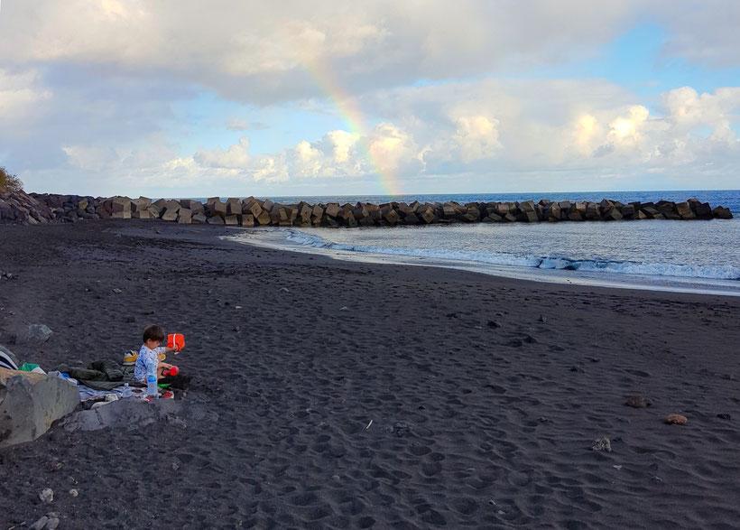 Teneriffa schwarzer Strand Sandstrand Kind Regenbogen