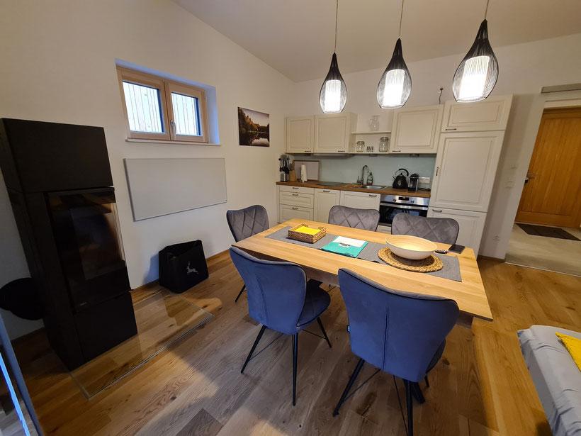 Küche und Wohnzimmer mit Schlafsofa
