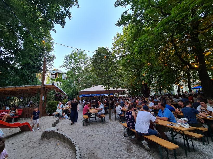 Angenehmer Biergarten mit Kinderspielplatz direkt neben der Isar