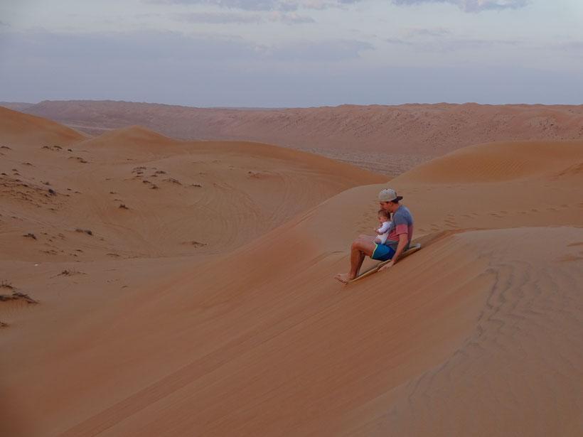 Oman mit Baby - Philip mit Nunu beim Sanddünenrodeln
