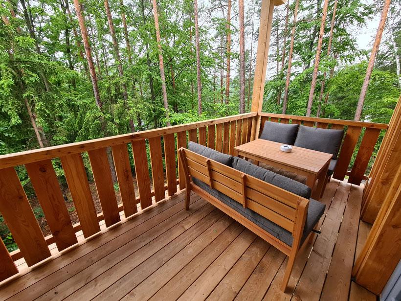Terrasse mit Ausblick auf den See und den Wald