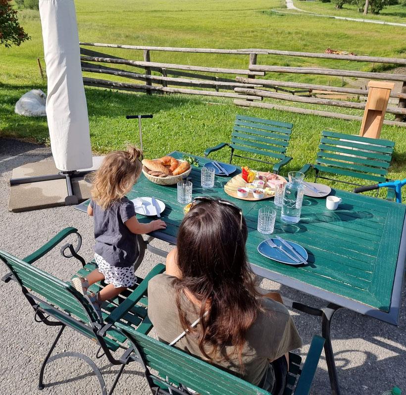 Adelwöhrerhof Schau aufs Land Frühstück Camping