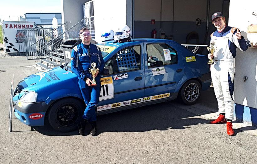 Rennfahrer und Sieger Dennis Bröker ADAC Logan Cup 2.Lauf Sponsoren FISCHER Mess- und Regeltechnik FOTOGUSTO Wohnwagen Ullrich Sandtler