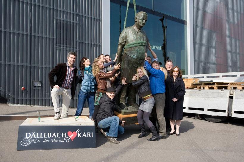 Errichtung der Dällebach Kari Statue vor dem Theater 11