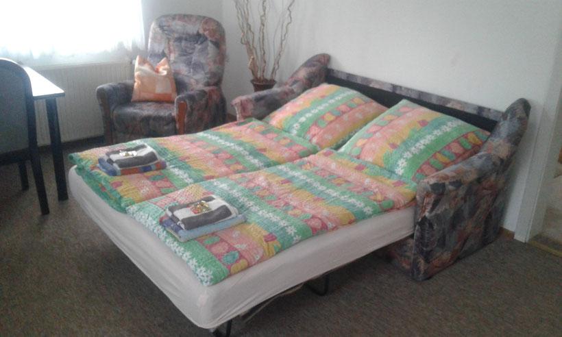 Die Doppelbettcoach im Wohnzimmer eignet sich für weitere zwei Schlafplätze