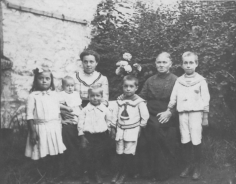 Richard vorne im weißen Kostüm rechts Arthur, links Maria, Anna und Hildegard (auf dem Schoß)