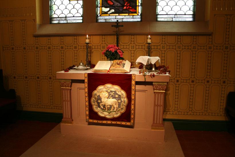 Altar mit Antependium aus dem Jahr 1909
