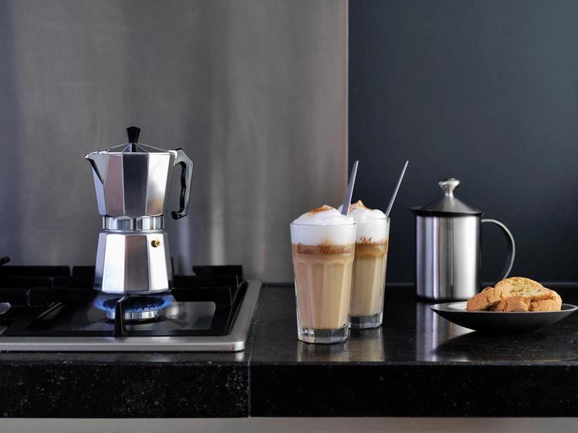 hochwertiges Kaffeezubehör, Kaffeezuberitung, schicke Latte Macchiato Gläser, Gastronomie