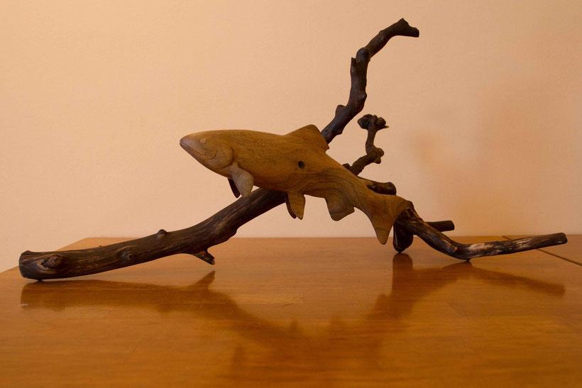 Sculpture animalière en bois représentant une truite