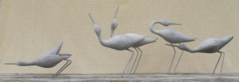 Parade de chevaliers sur la grève (sculpture d'oiseau en bois résineux cérusé)