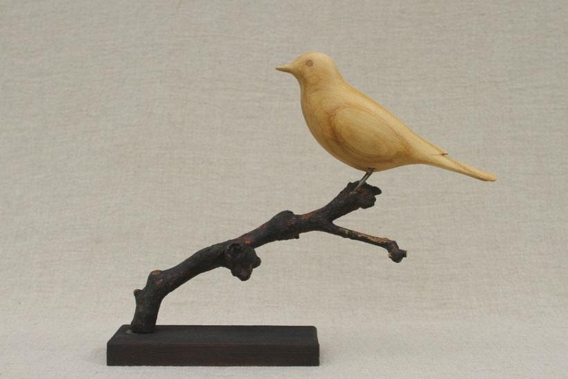 Sculpture d'oiseau en bois: Grive musicienne en tilleul sur branche de pommier