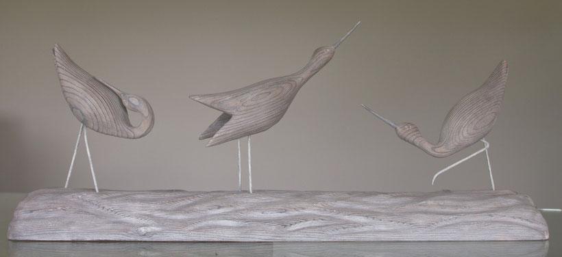 sculpture d'oiseau en bois représentant 3 chevaliers aboyeurs en parade