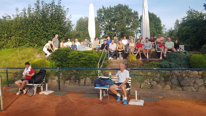 Im Endspiel der Trostrunde  spielt Jürgen Wagner gegen Julian Knaack.  Wieder verfolgen viele Zuschauer das spannende Match.