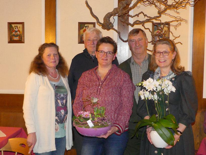 Die neue Vorstandschaft bedankt sich bei  Frau Stephanie Diepers, Frau Luise Hell und Dr. Vasatko für ihre jahrelange Tätigkeit in der Vorstandschaft Mühldorf