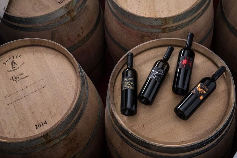 Weinflaschen auf Weinfass
