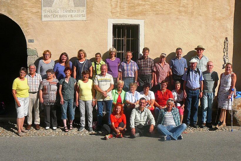 Die gutgelaunte Reisegesellschaft in Stampa (Bergell)