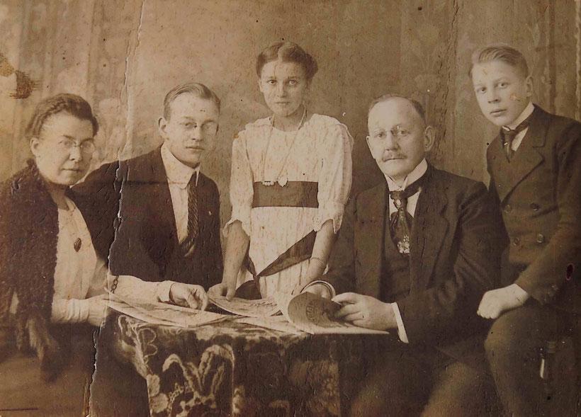 Die früheren Bewohner der Villa Uhlenhorst: Carl Heinrich Ossenbühl (zweiter von rechts) mit Familie. Er leitete Anfang des 20. Jahrhunderts die gegenüberliegende Papierfabrik. Links im Bild seine Frau Margarete, in der Mitte Tochter Lene. Bild um 1920.
