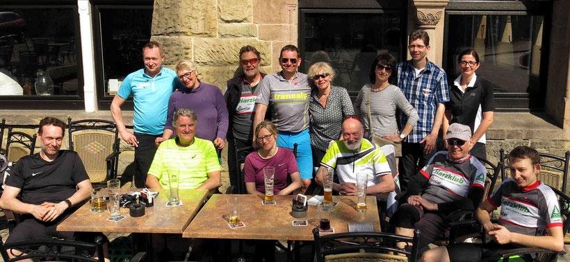 Zum Belohnungsbier sind auch Tourleiter Stefan (türkisfarbenes Trikot) und Bikewart Detlef (sitzend, vierter von links) geblieben