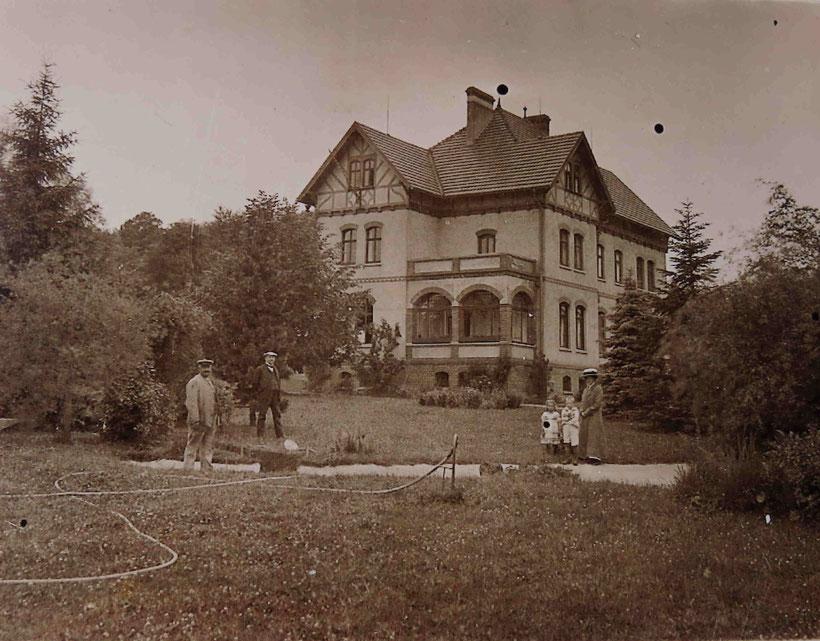 Villa Uhlenhorst um 1912. Mit auf dem Bild sind die damaligen Bewohner, Familie Ossenbühl, und der Gärtner.