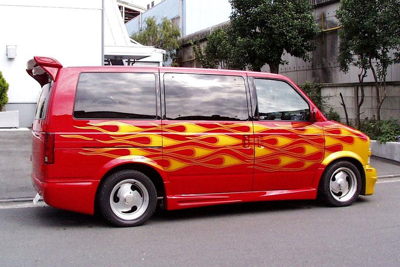 アメ車カスタムペイント、フレームス、ファイヤーパターン塗装したシボレーアストロバン
