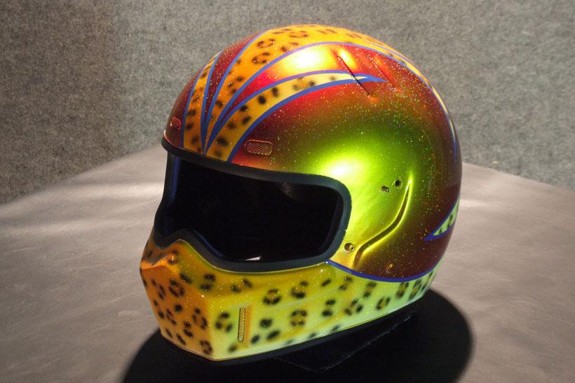 カスタムペイント、豹柄塗装とキャンディー塗装をして最後にレインボーフレーク塗装したヘルメット