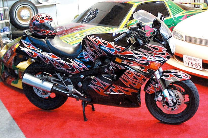 カスタムペイントバイク、キャンディーフレーク塗装でトライバルパターンペイントした、バイク隼(ハヤブサ)の画像