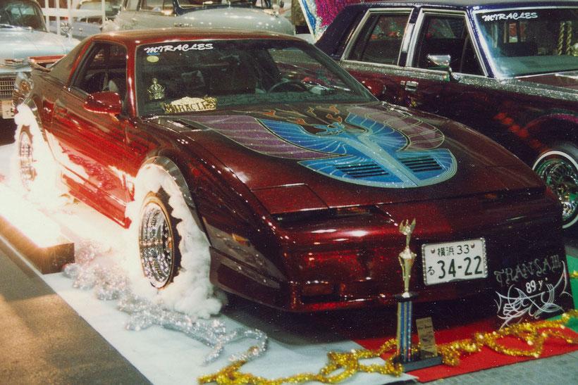 カスタムペイントアメ車、キャンディーフレーク塗装でキメた1988年トランザムGTAローライダー