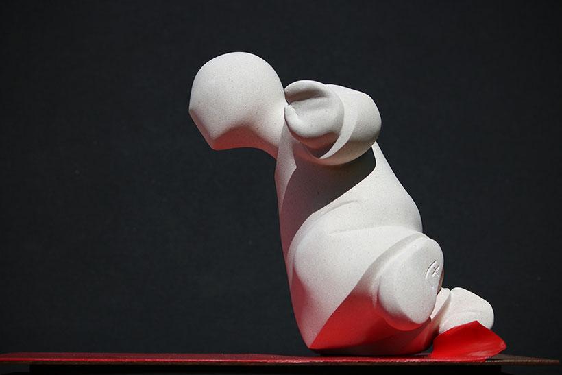 DARLOU_sculpture figurative en pierre et métal_le tapis rouge