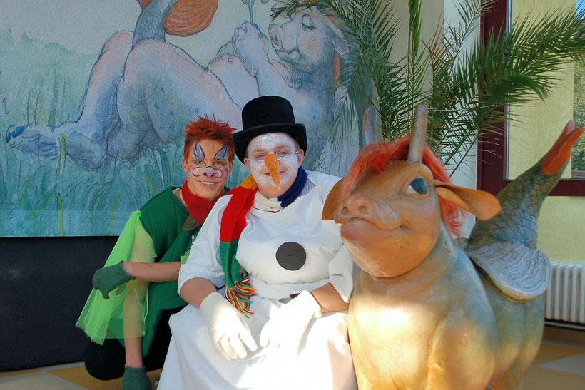 Darsteller des Walula-Singspiels im Foyer der Albert-Schweitzer-Schule Wittenberge