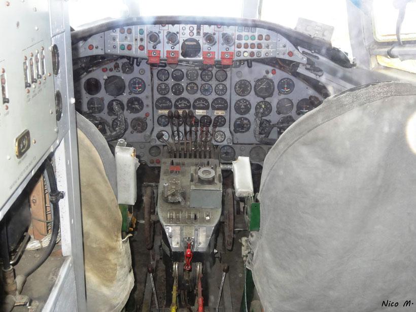 Cockpit der IL-18