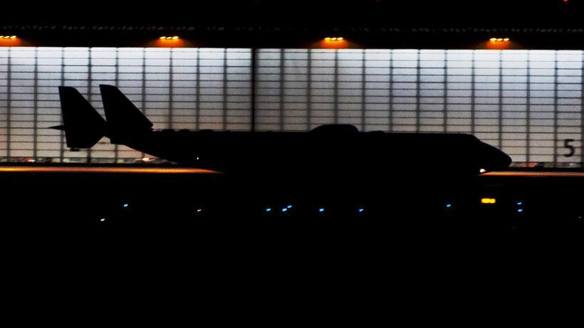 An225 vor den beleuchteten DHL-Hangar