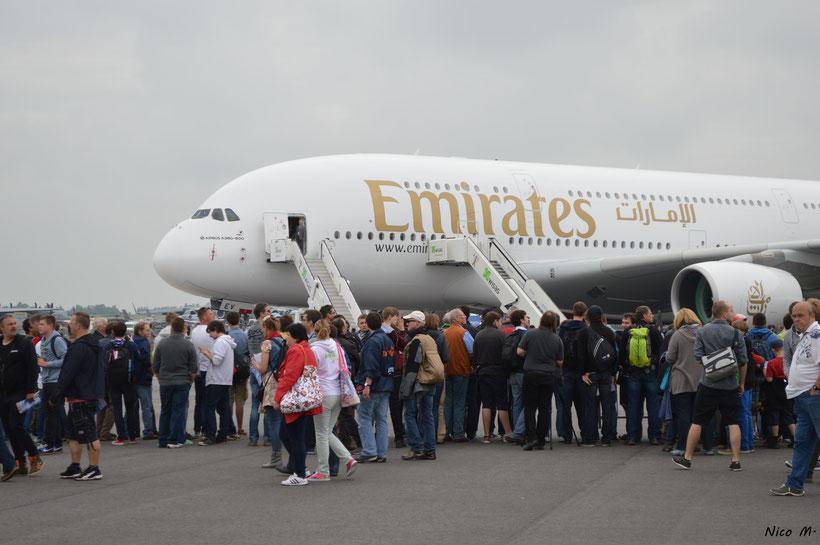 Besucher vor dem A380 von Emirates