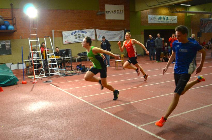 Zieleinlauf der Vorläufe 60m Sprint U18. Moritz Rimbach hier als 2. v. l.