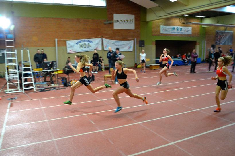 Zieleinlauf der Vorläufe 60m Sprint M14. Hannah Purkl als 2 v. l.