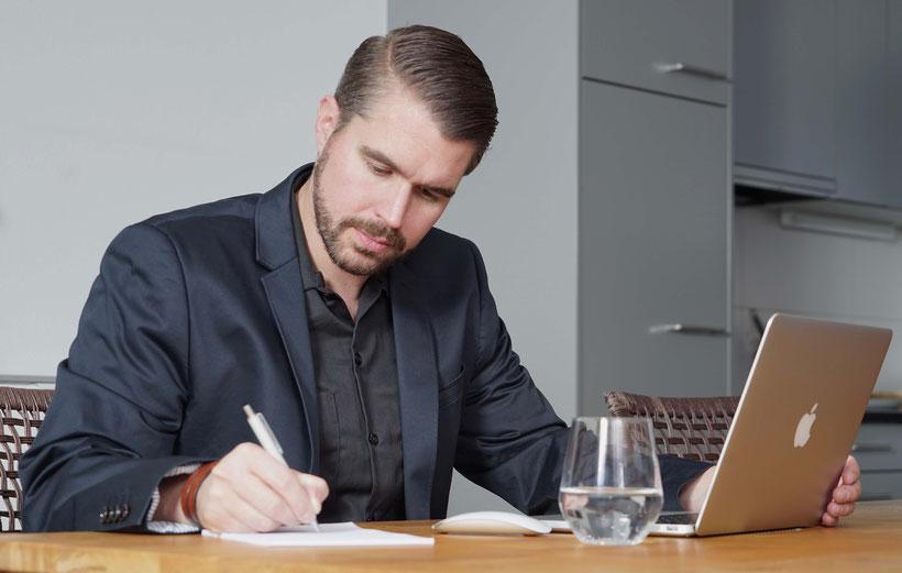 Urs Häusermann, Inhaber von marketing-helper beim Ausarbeiten eines Marketingkonzeptes bei einem Kunden zu Hause.