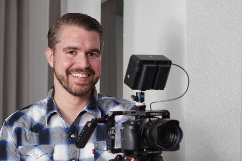 Inhaber von marketing-helper Urs Häusermann beim Filmen eines Videos, welches nachher für YouTube Ads und Google Displaykampagnen genutzt wird.