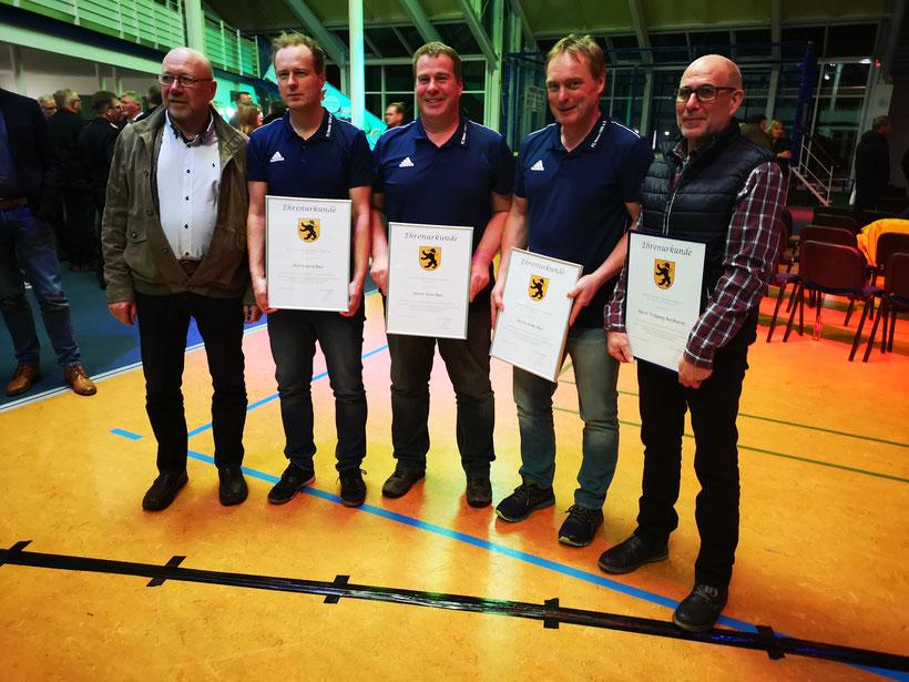 Ehrenverdienste unter sich; v.l. Jürgen Brockmann, Gerd Buss, Uwe Buss, Heiko Buss, Wolfgang Barfknecht.