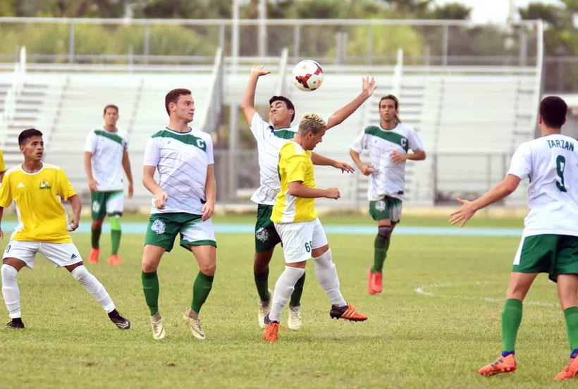 Los Tigres de la Inter y los tricampeones Tarzanes del Colegio cara a cara en semifinales.  (foto por L. Minguela LAI)