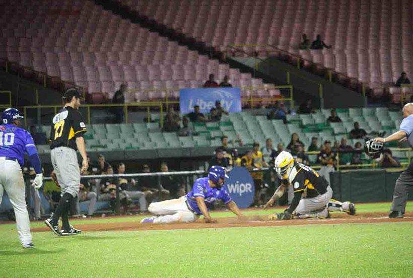 Con un inatrapable al jardín izquierdo, Gabriel Cancel remolcó la carrera de la victoria en las piernas de Reymond Fuentes quien se encontraba en segunda base, gracias a la regla de entradas extras. / Foto por LBPRC