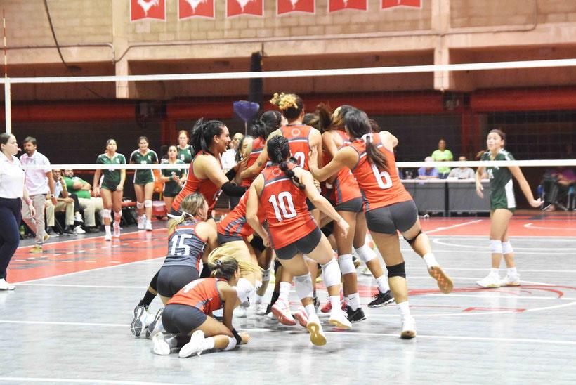 Las Taínas de la UAGM nuevas campeonas del voleibol de la LAI en su celebración  (L. Minguela LAI)