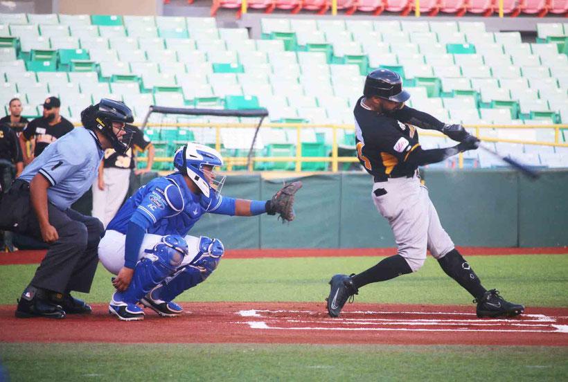 El carolinense Anthony García bateó para 3-2 con un cuadrangular, dos carreras impulsadas y una base por bola. /  Foto por Manuel Félix & Ivette García (LBPRC Media)