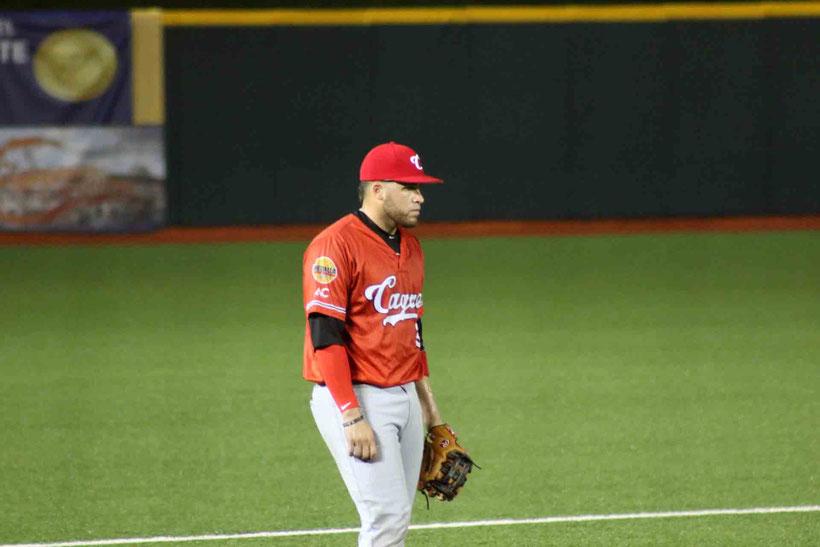 El juego fue detenido por unos 25 minutos por un aguacero después de jugarse dos episodios. / Foto por Prensa Criollos de Caguas