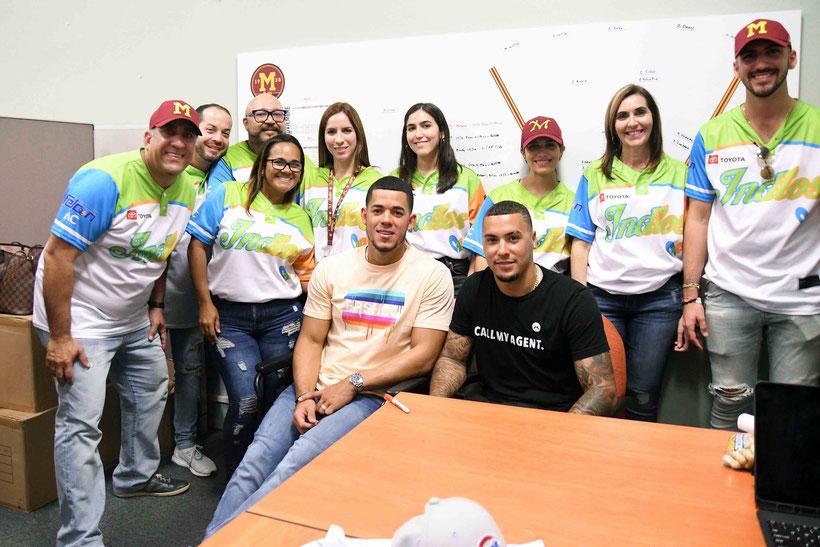 Durante el segundo partido de la acción dominical, la tribu utilizó la camisa conmemorativa como homenaje a todos los pacientes de cáncer pediátrico. / FOTOS ANGEL SANTIAGO Y MEDIOS MAYAGUEZ.