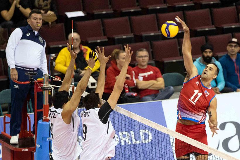 Maurice  Torres apunta a clavar la pelota en la red, mientras que Ruiz y Rodríguez de México van al bloqueo / Foto por Norceca