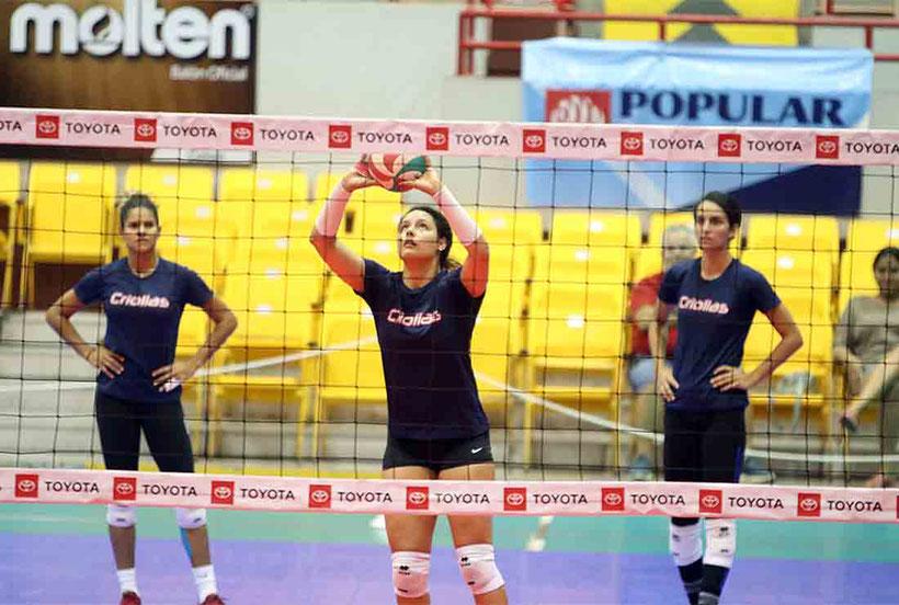 Pilar Victoriá al centro se convierte en una nueva ofensiva para las campeonas Criollas / foto por Heriberto Rosario