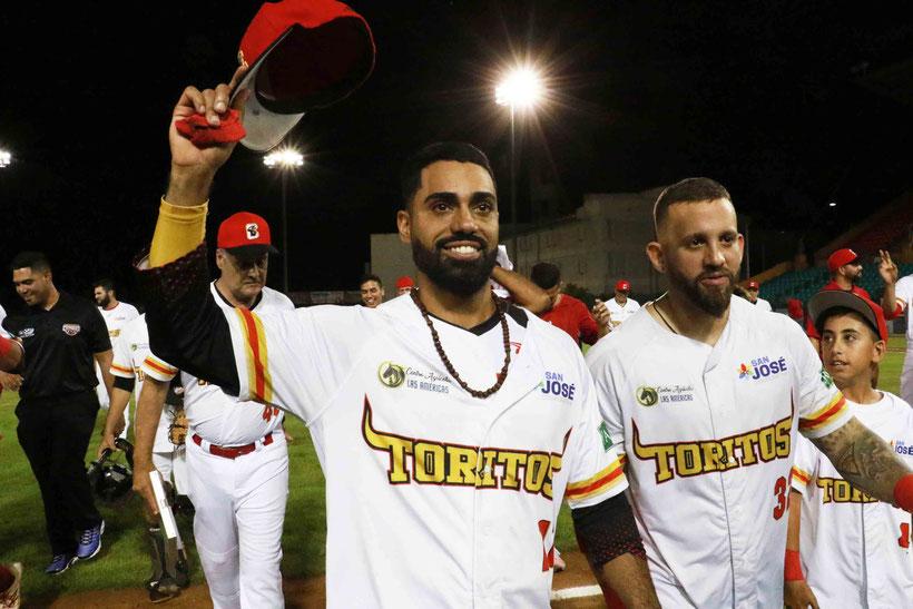 Richard González, de los campeones Toritos, saluda a la fanaticada (Foto por Aldwin Santiago, Prensa Municipio Cayey)