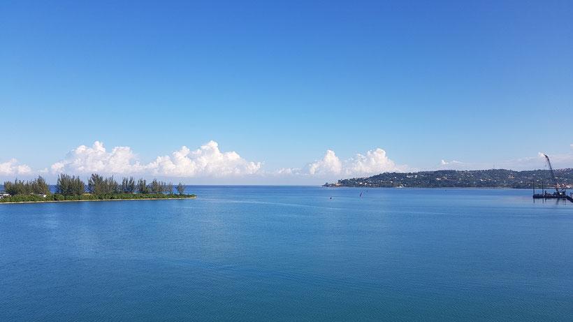 Aussicht vom Schiff auf die Hafenausfahrt in Montego Bay